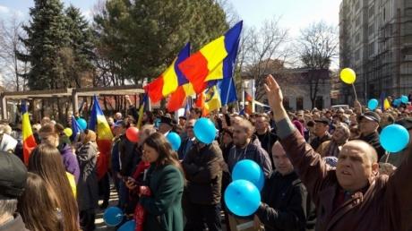"""На митинге в Кишиневе 8 тысяч человек проголосовали за объединение Молдовы с криками """"Великая Румыния!"""""""