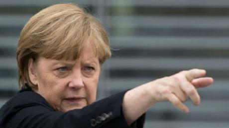 Меркель обратилась к Путину с требованием повлиять на сепаратистов: перемирие не соблюдается