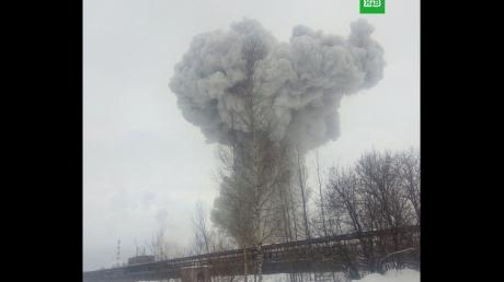 Под Петербургом мощнейший взрыв на химзаводе: видео огромного столба дыма, в соцсетях паника