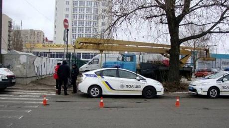 Шокирующее ЧП в Киеве: уголовник с топором набросился на прохожих, есть пострадавшие