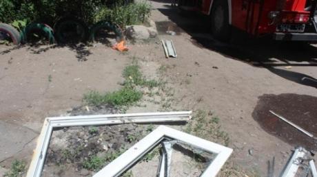 В жилом доме на Донетчине от взрыва вынесло окна в подъезде: первые кадры, есть раненый