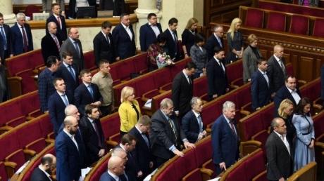 Со скандалами и дракой: Верховная Рада проголосовала за президентский проект закона о деоккупации Донбасса