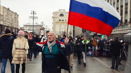 """C каждой минутой народу все больше: в Москве протестуют с девизами """"Четвертый срок — тюремный!"""", """"Путина ждет Гаага!"""" и """"Ганьба!"""""""