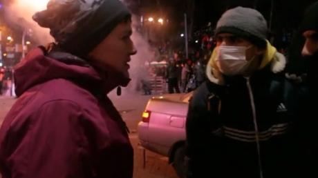 """Уникальные кадры. Савченко на Майдане отговаривала активистов штурмовать """"Беркут"""", стоя на линии огня"""