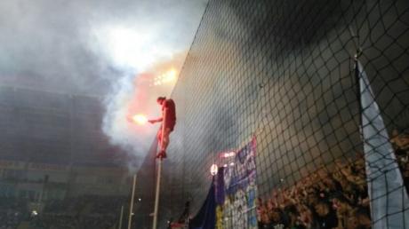 Фаера, петарды и провокации: фанаты устроили беспорядки во время матча за Суперкубок Украины в Одессе - кадры