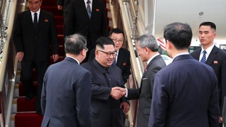 Непальские гуркхи и самолет еды: Сингапур замер в ожидании встречи Трампа и Ким Чен Ына