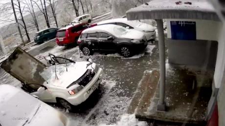 В российском Владивостоке на машину рухнула бетонная плита с крыши 9-этажного дома: водитель выжил лишь чудом