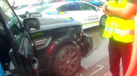 Пьяная киевлянка разбила на парковке несколько машин, а при задержании опплевала полицейских, лезла в драку и порвала протокол