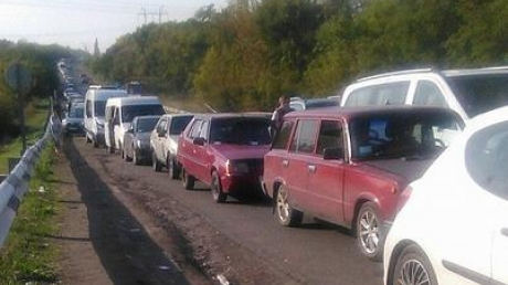 Ад на блокпостах в Донбассе: тысячи машин уже сутки стоят в очереди на выезд из Донецка – соцсети