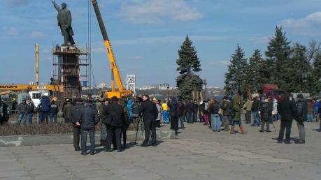 Демонтаж памятника Ленину в Запорожье: огромный кран зацепил голову вождя