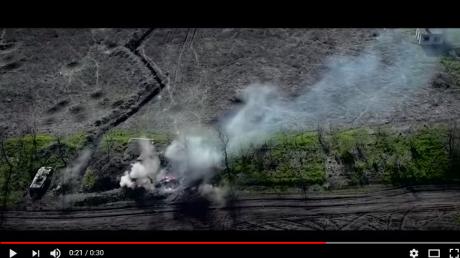 """ВСУ нанесли мощный удар по позициям """"ДНР"""": видео, как боевиков накрыл шквальный огонь, горит БМП"""