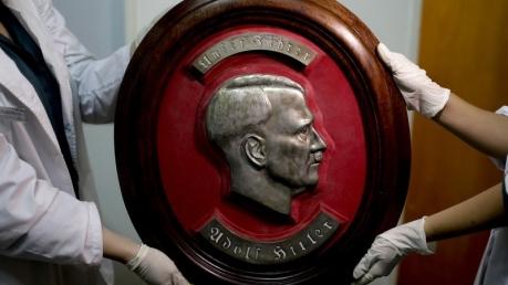 Большой рельеф Гитлера и еще 74 нацистских предмета были найдены недалеко от Буэнос-Айреса в доме с тайной комнатой: опубликованы кадры коллекции артефактов Третьего рейха