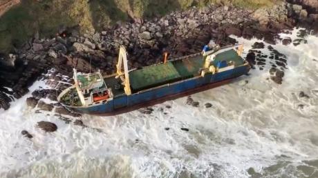 """""""Корабль-призрак"""" вынесло на сушу в Ирландии, на борту не было ни одной живой души: видео"""