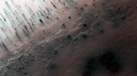 """NASA опубликовало удивительный снимок: Марс """"атаковали"""" тысячи черных """"пауков"""" - фото"""