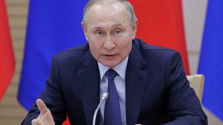 """Путин отреагировал на флаг ЛГБТ на посольстве США в Москве: """"Кое-что показали"""""""