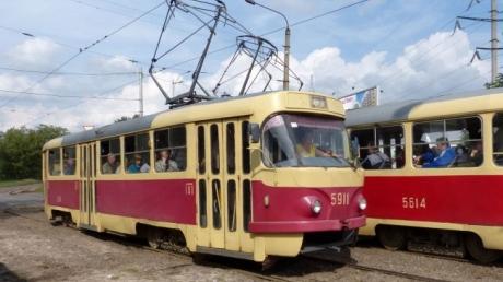 Жуткая случайность: в Запорожье, в переполненном трамвае, старик наткнулся на вилы другого пассажира (кадры)