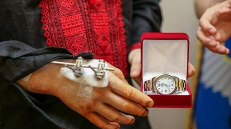 В честь выписки из больницы Аваков подарил Осмаеву оригинальные часы, поющие о Путине, Окуевой также достался неожиданный подарок (кадры)