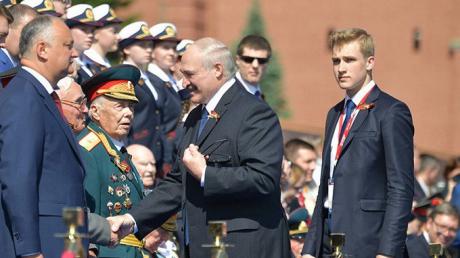 "Лукашенко трижды показал характер на параде в Москве - Путин заметил ""ход"""