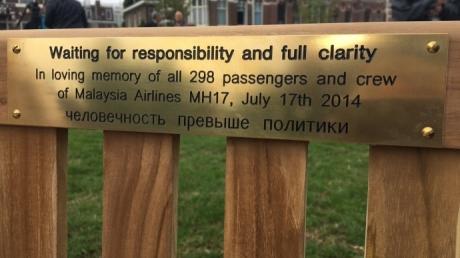 Родственники погибших в авиакатастрофе МН17 собрались у посольства РФ в Амстердаме и требуют Путина перестать скрывать правду - кадры
