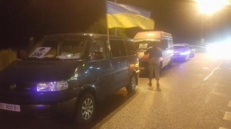 Кадры прощания с погибшим в зоне АТО защитником Украины из Львовской области: на колени становились  дети, проститься с Владимиром Турчиным даже поздней ночью вышли сотни человек