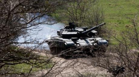 Бойцы АТО сожгли российский танк с помощью ПТУРа: обнародованы уникальные кадры попадания снаряда
