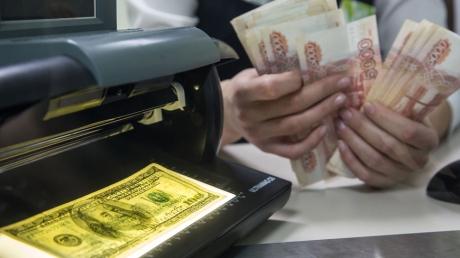 """Рубль на """"смертном одре"""": вложения российского бизнеса в иностранную валюту достигли беспрецедентного уровня"""