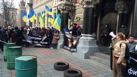 """В Киеве """"финансовый Майдан"""" пикетирует Нацбанк. К зданию принесли шины и бочки"""