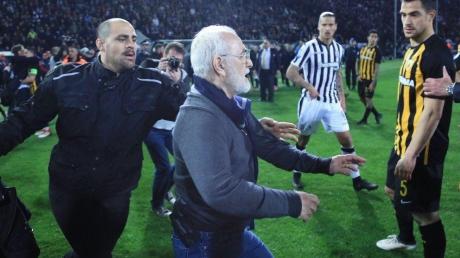 Греция негодует: российский миллионер Саввиди выбежал с пистолетом на футбольное поле прямо посреди матча