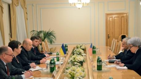 Турчинов обсудил с генералом США Кларком переход ВСУ к стандартам НАТО