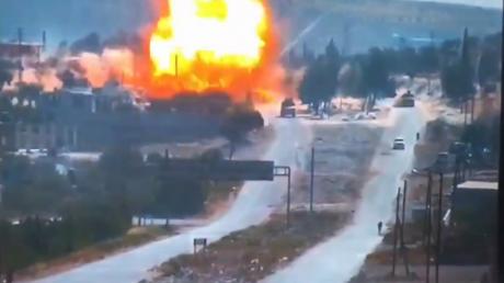 В Сирии подорвали колонну российских военных в провинции Идлиб: опубликован момент взрыва