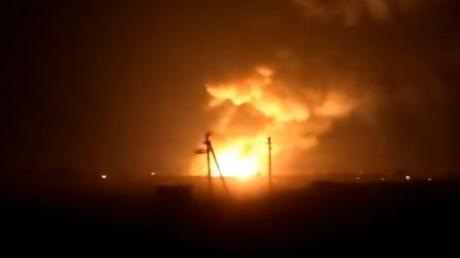 """ВСУ мощной """"ответкой"""" разгромили военный склад боевиков: у террористов взрывалось и горело всю ночь – кадры"""