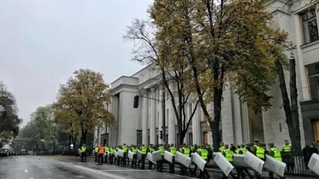 """Проход только через металлические рамки: в центр Киева из-за акции Саакашвили стянуты сотни полицейских и нацгвардейцев, а ВР окружена """"двойной цепью"""" силовиков - кадры"""