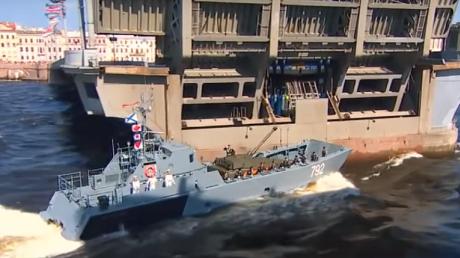 В Петербурге военный корабль врезался в опору моста: видео ЧП на параде в честь дня ВМФ попало в Сеть