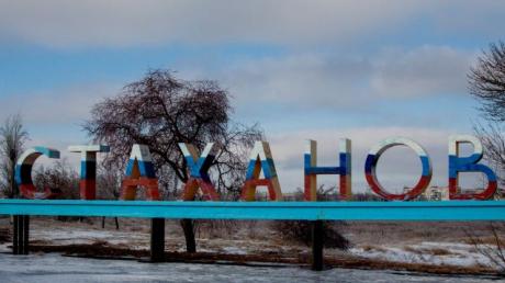 """Массовое захоронение наемников """"ЛНР"""" попало в Сеть: десятки могил в ряд прямо вдоль дороги"""