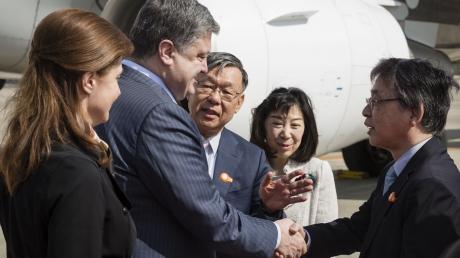 Порошенко отправился в Японию: почему визит в Токио выгоднее, чем встреча с Обамой