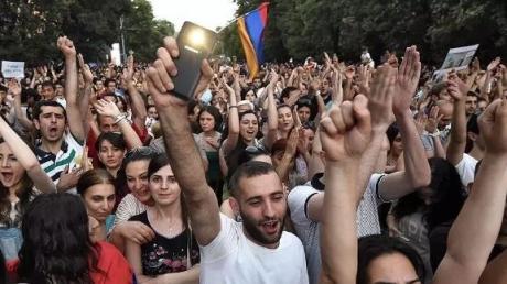 """Это звуки победившей Армении: добившиеся отставки Саргсяна протестующие не сдерживают эмоций, реакция митингующих """"зашкаливает"""" – яркие кадры"""