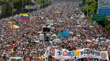 Мадуро потерял опору и готовит побег - миллионы венесуэльцев снова восстали: кадры