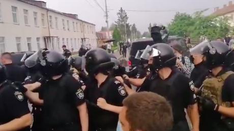 """Илью Киву и """"слугу народа"""" Литвиненко в Березно встретил """"Нацкорпус"""": стычки с полицией и взрывы попали на видео"""