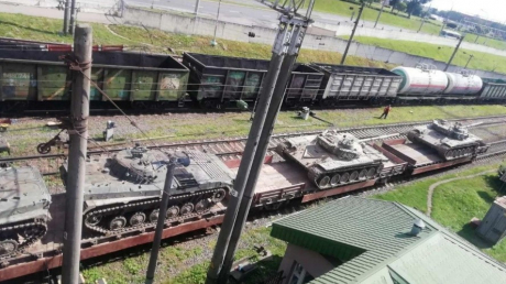 Беларусь к российской границе стягивает военную технику: очевидцы показали кадры с колонной БТРов