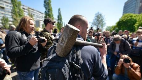В Киеве батальон 'Азов' и ОУН сносят памятник чекистам: активисты принесли ломы и смонтировали леса