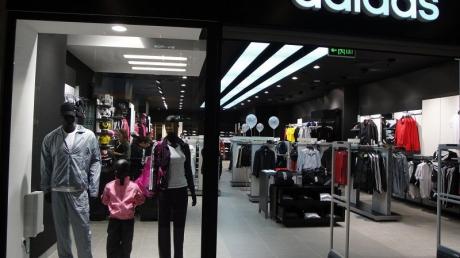 Adidas закрывает несколько сотен магазинов в России