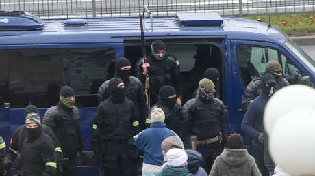 В Минске люди начали отбивать у ОМОНа задержанных - протест радикализируется