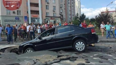 Дорога в подземелье: в Киеве автомобиль провалился под асфальт - пострадала женщина с ребенком. Опубликованы кадры