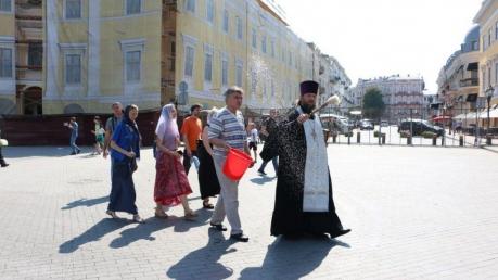 УПЦ МП взбесил Марш равенства в Одессе: священники пошли окроплять бульвар святой водой после ЛГБТ-шествия