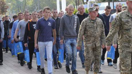 """Осенний призыв в Украине 2019: в областях военкоматы уже """"отлавливают"""" будущих срочников"""