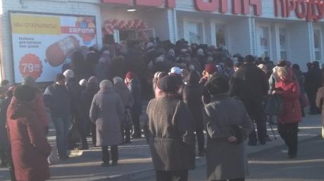Тоска по дешевой колбасе: в РФ толпа людей передралась в очереди за едой – кадры