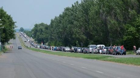 На блокпостах в Донецкой области огромные очереди - машины стоят без движения