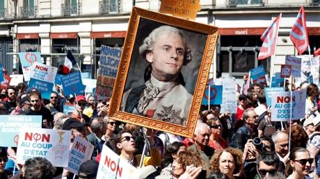 В Париже набирает обороты марш против президента Макрона: на улицы вышли тысячи