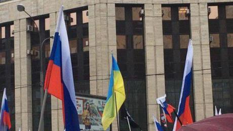 Украинский флаг на митинге в Москве лишил пропагандистов дара речи: они не знали, что делать, - фото
