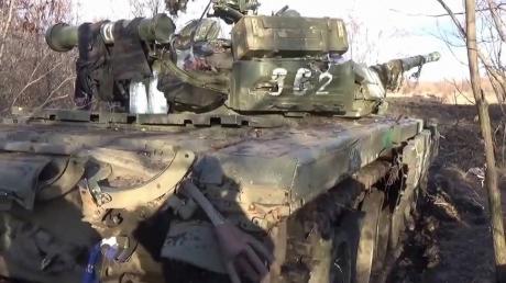 Фотофакт: разбитые в зоне АТО российские танки с обугленными телами солдат до смерти напугали заводчан в Воронеже